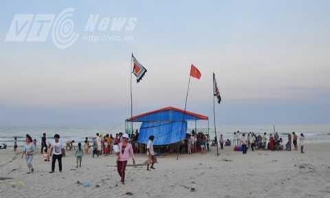 Lều được dựng ngay trên bãi biển để thực hiện các nghi lễ cúng tế theo phong tục.
