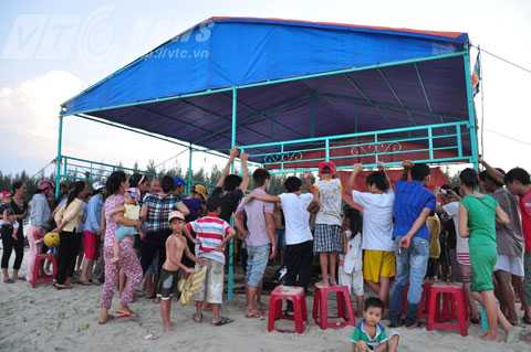 Rất đông người dân địa phương đổ về xem cá voi lụy bờ