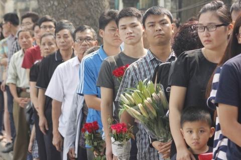 Người dân xếp hàng vào kính viếng Đại tướng Võ Nguyên Giáp.