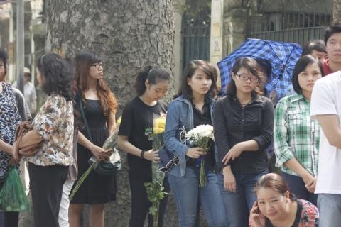 Nhiều bạn trẻ mang bên mình những bó hoa để tỏ lòng thành kính vị Đại tướng vĩ đại của dân tộc.