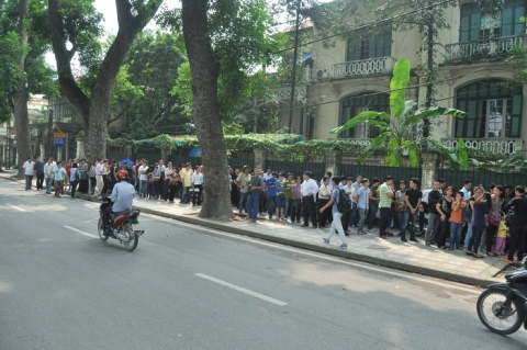 Hàng dài người vẫn đang xếp hàng chờ được vào phúng viếng Đại tướng.