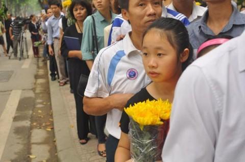 Rất nhiều bạn trẻ được cha mẹ đưa đến viếng Đại tướng Võ Nguyên Giáp. (Ảnh: Nguyễn Hoàn)