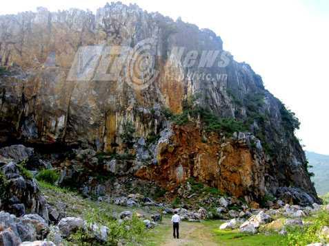 Một góc núi Cô Sơn, nơi có động núi, giặc Minh thiêu chết người dân Bản Thủy