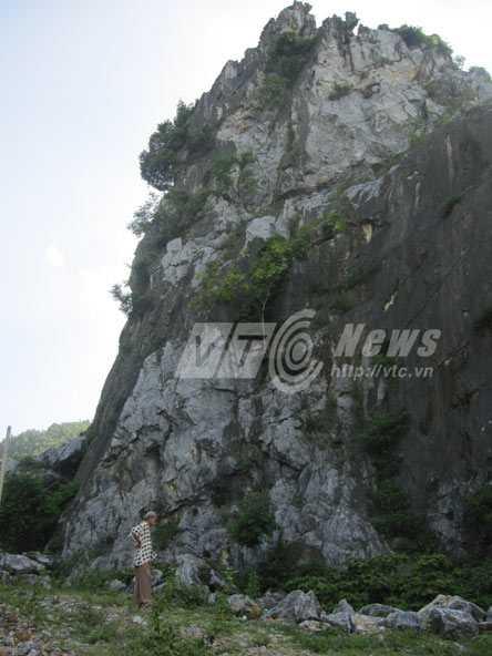 Họa sỹ Phan Bảo đang cố tìm những dấu tích xưa bên vách núi
