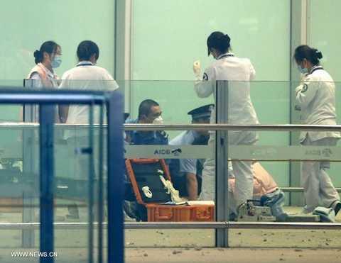 Cảnh sát và nhân viên y tế sơ cứu cho Ký Trung Tinh
