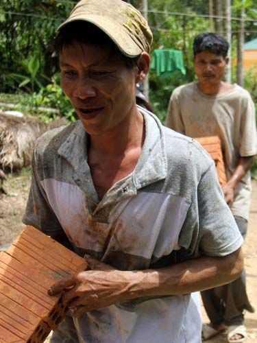 """""""Người rừng"""" Hồ Văn Lang tham gia khuân vác các vật dụng xây nhà."""