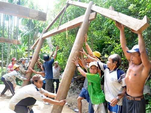 Hàng trăm người tham gia phụ giúp cho cha con ông Hồ Văn Thanh