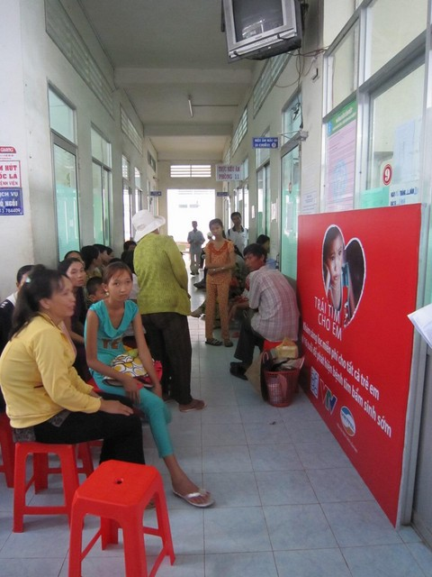 Bệnh nhân chờ tới lượt khám