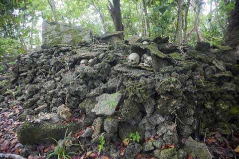 Hộp sọ được mai táng tại các ngôi mộ đá tập thể. Mỗi làng thường có 1 hoặc 2 ngôi mộ như thế này.