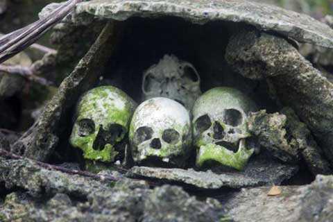 Phía dưới cùng là hộp sọ của người bình dân, nô lệ và tù binh, được mai táng đơn giản và không có đồ tùy táng