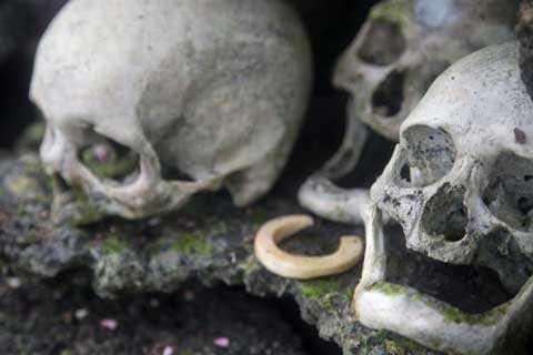 Sọ của những người có địa vị trong cộng đồng được đặt ở nơi cao nhất cùng với đồ trang sức, tiền bằng vỏ ốc…