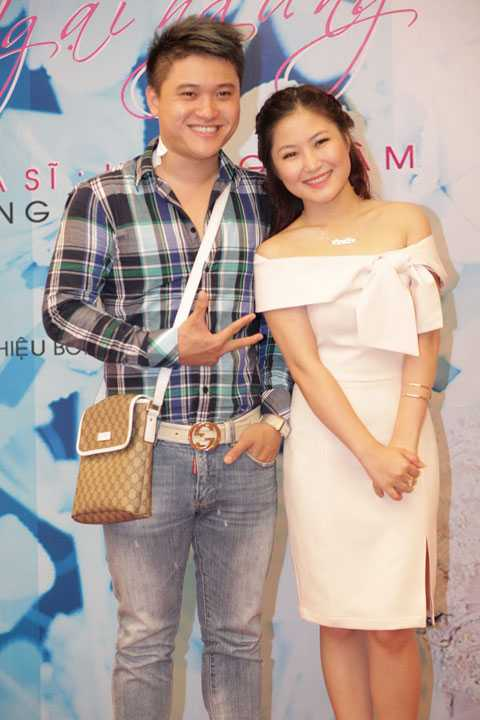 Duy Khánh cũng đến chúc mừng Hương Tràm.
