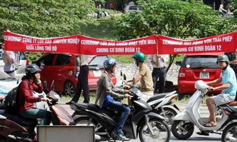 Khách hàng biểu tình trước trụ sở của Cen Group ngày 28/9 vừa qua(Ảnh Vietnamnet)