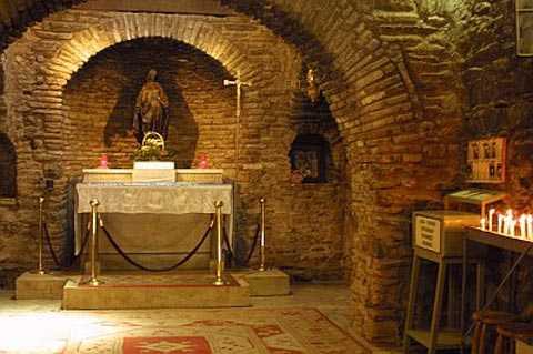Gian giữa ngôi nhà với ban thờ và tượng của Đức Mẹ Đồng Trinh Maria.