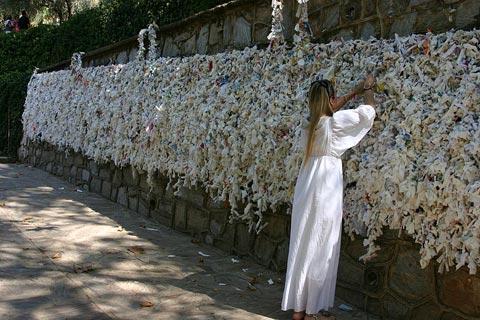 """""""Bức tường ước"""", nơi khách hành hương ghi những điều mong muốn của mình rồi treo lên để hy vọng Đức Mẹ ban phước tác thành."""