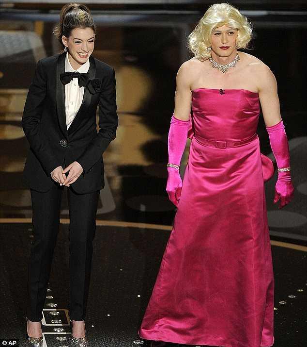 James Franco giả gái bên bạn dẫn Anne Hathaway trong lễ trao giải Oscar 2011