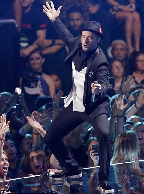 Nam ca sĩ điển trai Justin Timblake biểu diễn trong buổi lễ trao giải video âm nhạc của MTV ngày 25/8.