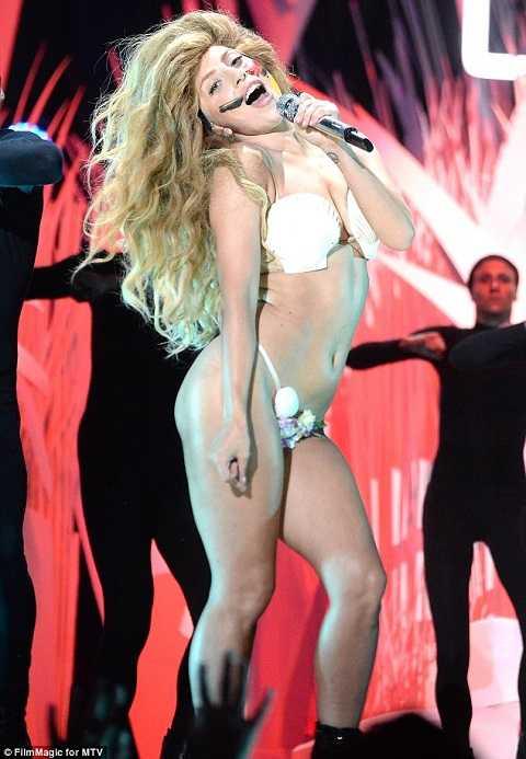 Nữ ca sỹ lập dị Lady Gaga mở màn đên trao giải.