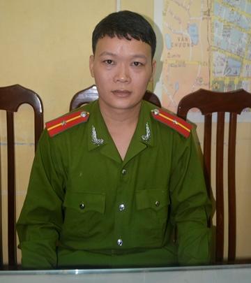 Thiếu úy Thành cho biết, nam thanh niên rất liều lĩnh bịt miệng, rạch mặt cô gái để cướp bằng được chiếc iPhone