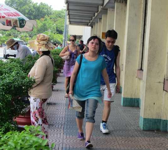 Du khách nước ngoài thường được khuyến cáo không nên mang theo những tài sản có giá trị ở bên người khi đi trên đường. Ảnh TN