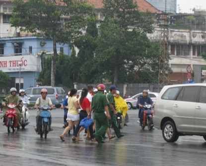Để hạn chế tình trạng cướ giật xảy ra, TP.HCM đã phải thành lập những đội bảo vệ khách du lịch nước ngoài. Ảnh TN