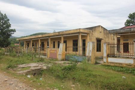Khu nhà nội trú của trường THCS Bán trú Ba Vinh không có học sinh ở đã nhiều năm nay.