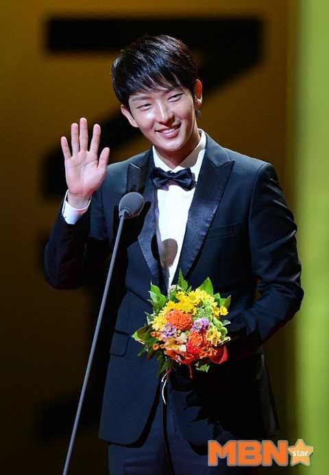 Chàng ca sỹ điển trai Lee Jun Ki năm nay nhận giải nam diễn viên xuất sắc nhất qua bộ phim cổ trang Arang and the Magistrate ( tựa việt: Arang sử đạo truyện).