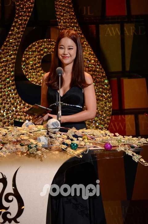 'Nữ hoàng nhạc phim' Baek Ji Young cũng góp mặt tại buổi lễ.