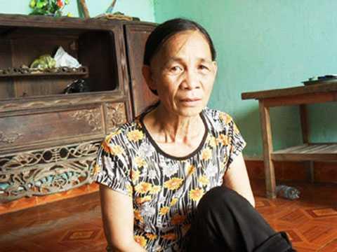 Bà Bàn Thị Năm đang ngồi tâm sự về việc ở cùng người đàn ông kém mình tới 25 tuổi.