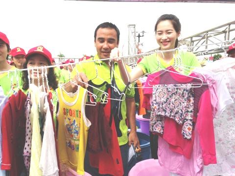 Hoa hậu Việt Nam Đặng Thu Thảo đã trực tiếp tham gia giặt quần áo cùng hơn 1.000 tình nguyện viên.