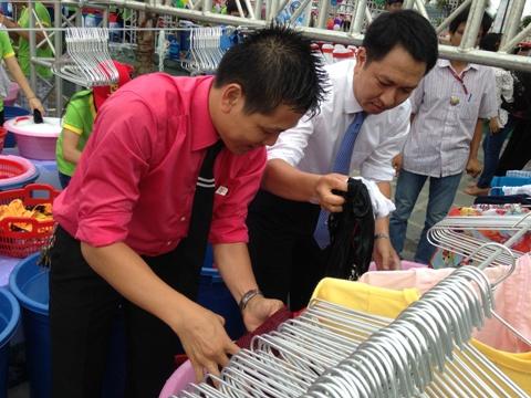 Ông Phạm Mạnh Cường (phải), Tổng giám đốc Công ty Cổ phần Savico Hà Nội và ông Nguyễn Trọng Tuấn (trái), Giám đốc điều hành các siêu thị Big C khu vực miền Bắc hào hứng xắn tay giặt đồ ngay những phút đầu tiên của ngày hội