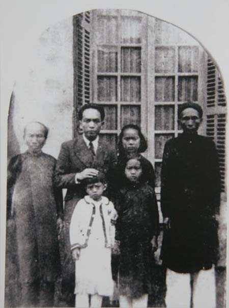 Sinh ra bên dòng sông Kiến Giang (huyện Lệ Thủy, Quảng Bình) trong một gia đình nhà nho, Võ Nguyên Giáp sớm đến với con đường cách mạng. Trong ảnh, ông chụp với bố mẹ, con gái Hồng Anh (áo trắng) và các cháu năm 1946