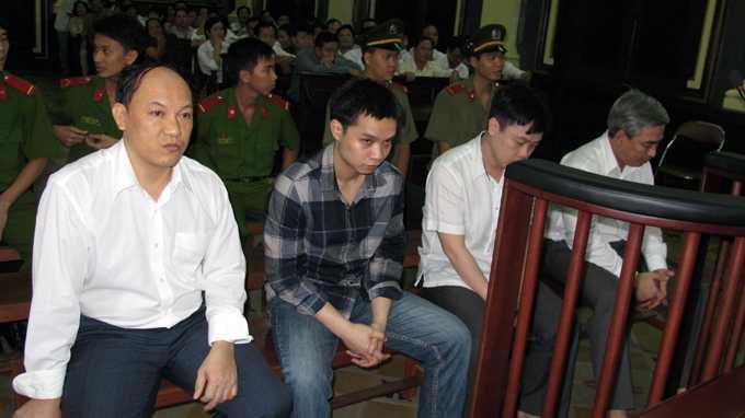 """Các """"sếp"""" ngân hàng chờ tòa nghị án - Ảnh: Chi Mai"""
