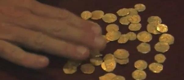 Cận cảnh những đồng xu làm bằng vàng ròng được tìm thấy ngoài khơi biển Florida