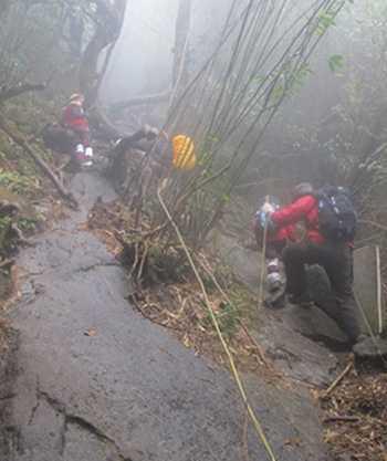 Một đoạn dốc, trơn trượt khi leo Phan Xi Păng