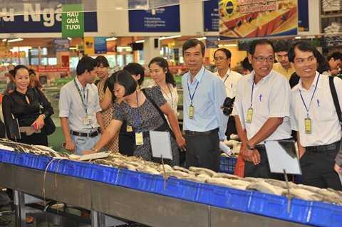 Khách mời tham dự hội thảo tham quan khu hải sản của Metro