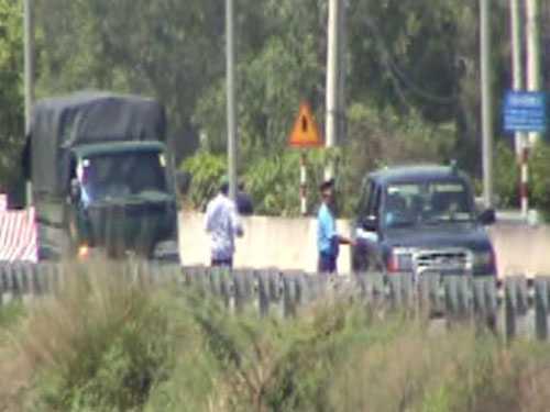 Thanh tra giao thông chặn xe kiểm tra trên đường dẫn cao tốc TP HCM - Trung Lương