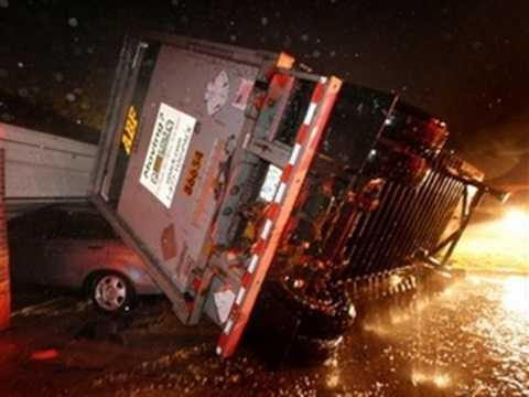 Một chiếc xe tải bị lật tung vì lốc xoáy - Ảnh: AP