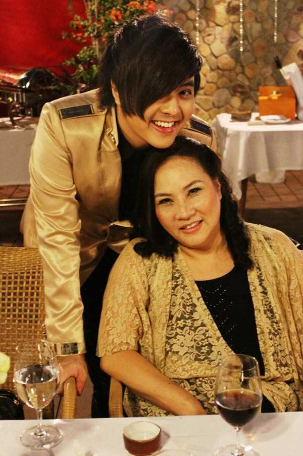 Mẹ luôn là người đồng hành trên mọi bước đường ca hát của Wanbi Tuấn Anh.
