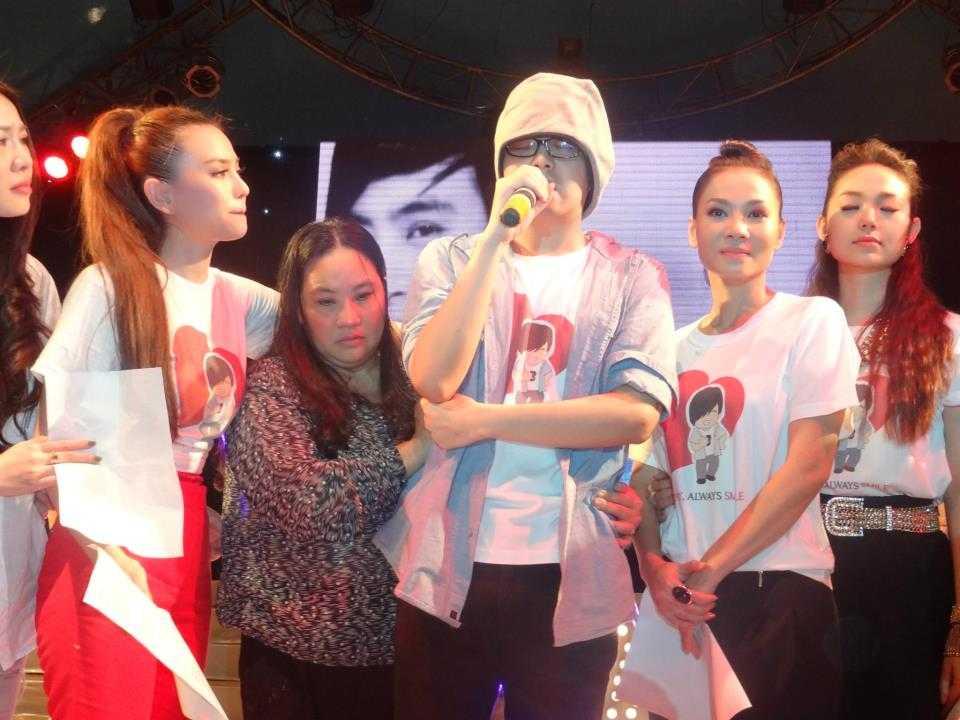 Mẹ khóc cùng Wanbi trên sân khấu đêm nhạc tri ân Cám ơn hồi tháng 11/2012.
