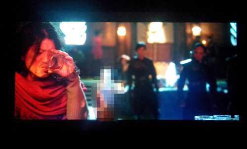 Một cảnh có quảng cáo rượu mạnh trong phim Lửa Phật.