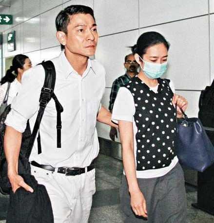 Hai vợ chồng Lưu Đức Hoa đón con gái đầu lòng sau nhiều năm chờ đợi.