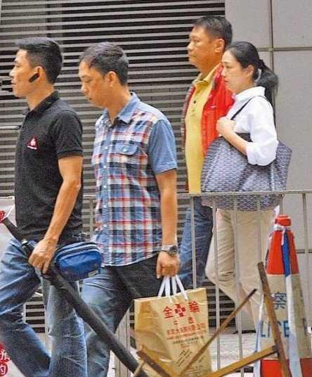 Chu Lệ Thiên được ba vệ sỹ hộ tống tới bệnh viện.