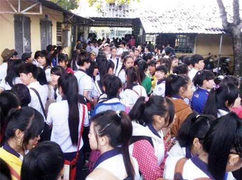 Học sinh Trường THPT Hà Huy Giáp xôn xao trước giờ tổng kiểm tra trang phục vào sáng 13/8.