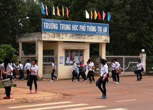 """Nhiều học sinh bức xúc sau khi """"bị đuổi"""" ra cổng trường THPT Trị An"""