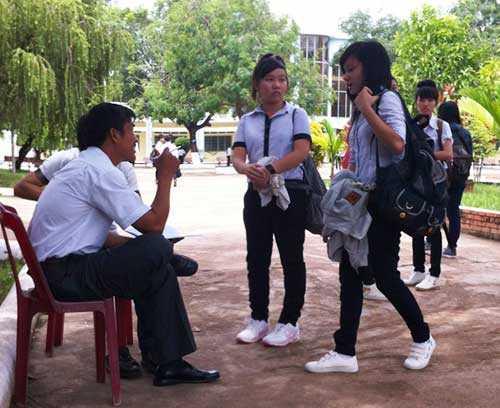 Nhiều học sinh bị không mặc đồng phục buổi chiều bị nhắc nhớ, vẫn được tiếp tục vào học
