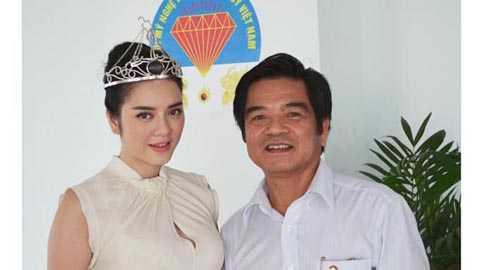 Lý Nhã Kỳ và Chủ tịch Hội Mỹ nghệ kim hoàn đá quý Việt Nam Lê Ngọc Dũng.