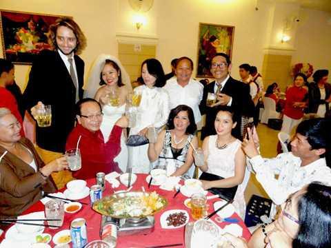 Mai Khôi cùng chú rể trong đám cưới (Ảnh: Tri Thức)