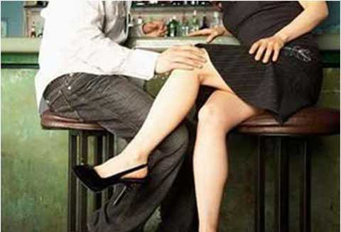 """Quán bar, vũ trường nơi các phụ nữ tìm """"phi công trẻ"""""""