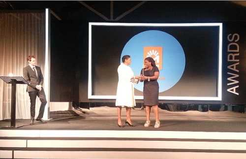 """Đại diện Movitel (công ty con của Viettel tại Mozambique) nhận giải """"Doanh nghiệp có giải pháp tốt nhất giúp cải thiện viễn thông vùng nông thôn châu Phi"""" 2012. Ảnh VGP"""